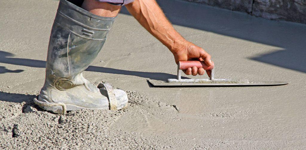couler la dalle de béton sur terre