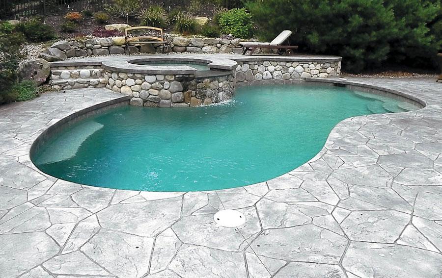 Béton imitation pierre pour une piscine